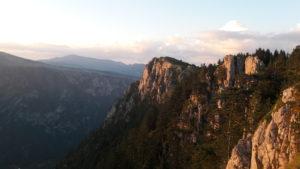 letnji booking smestaj priroda aktivnosti obilasci kolima pesacke ture hiking planina durmitor grad zabljak crna gora planinski vrh curevac kanjon reke tare