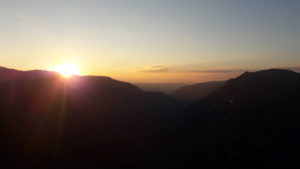 letnji booking smestaj priroda aktivnosti obilasci kolima pesacke ture hiking planina durmitor grad zabljak crna gora zalazak sunca kanjon tare