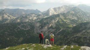 letnji booking smestaj priroda aktivnosti obilasci kolima pesacke ture hiking planina durmitor grad zabljak crna gora pogled divljina planinski vrh crvena greda